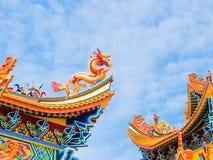 скульптура крыши дракона золотистая Стоковое Изображение