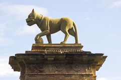 Скульптура льва na górze каменного столба строба на входе строба ` s епископа к Mussenden на северном побережье Северной Ирландии Стоковые Изображения