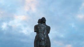 Скульптура любовников против неба стоковое изображение