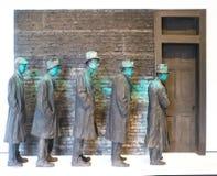 Скульптура людей выровнялась вверх во время депрессии на США, Арканзаса США, Bentonville, музея мостов на кристаллических детекто стоковое изображение
