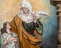 Скульптура матери и дочери в студии искусств иллюстрация штока