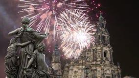 Скульптура на террасе и Hofkirche Bruhl или собор фейерверков святой троицы и праздника - барочной церков в Дрездене акции видеоматериалы