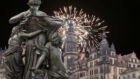 Скульптура на террасе и Hofkirche Bruhl или собор фейерверков святой троицы и праздника - барочной церков в Дрездене видеоматериал