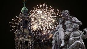 Скульптура на террасе и Hofkirche Bruhl или собор фейерверков святой троицы и праздника - барочной церков в Дрездене сток-видео