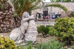 Скульптура оплакивая женщины в садах кладбища Poblenou стоковое изображение