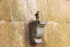 Скульптура памятника Chizhik-Pyzhik на реке Fontanka, Санкт-Петербурге, России, марте 2018 Стоковые Изображения RF