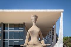 Скульптура правосудия перед Верховным Судом Бразилии - трибуналом Supremo федеральным - STF - Brasilia, Distrito федеральное, Бра стоковое фото