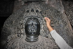 Скульптура при высекаенный micro освящает череп на виске Hoysaleswara Стоковое Изображение RF