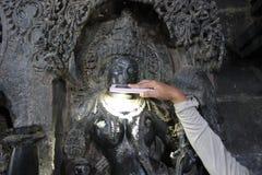 Скульптура при высекаенный micro освящает череп на виске Hoysaleswara Стоковые Фото
