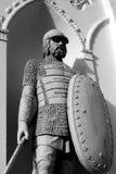 Скульптура русского рыцаря украшая белую башню Стоковое Фото