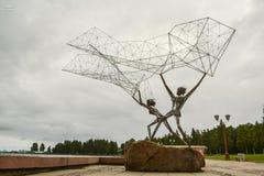 Скульптура рыболовов на портовом районе стоковые изображения rf