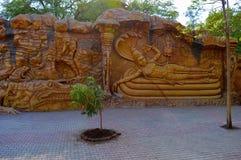 Скульптура стены, Vishnu на змейке Математика Kolhapur Kaneri музея Siddhagiri Gramjivan стоковая фотография rf