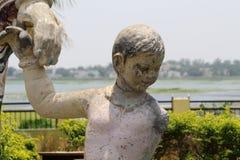 Скульптура сына держа руки матери Стоковые Изображения