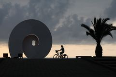 Скульптура улицы на бульваре взморья Батуми против фона захода солнца стоковое фото rf