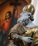 Скульптура человека в сутане ` s католического священника Стоковые Фото