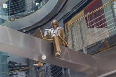 Скульптура человека работая на компьтер-книжке Стоковое Изображение