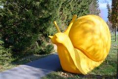 """Скульптура """"гигантская улитка """"путем трескать искусство, Милан, 7 Швейцарское трехгодичное скульптуры, искусства на плохой выстав стоковые изображения rf"""