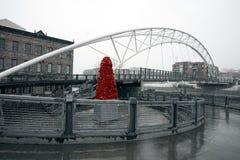 """Скульптура """"национальный бархат """"John McEnroe под мостом гористой местности стоковое изображение rf"""