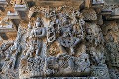 Скульптура Shiva танцуя мощно на теле демона Apasmara смерть, висок Hoysaleshwara, Halebidu, Karnataka Взгляд стоковые фотографии rf