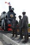 Скульптурное ` бригады парового двигателя ` состава на железнодорожном вокзале в Bryansk Стоковое Фото