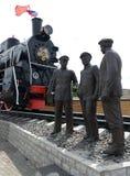 Скульптурное ` бригады парового двигателя ` состава на железнодорожном вокзале в Bryansk Стоковая Фотография RF