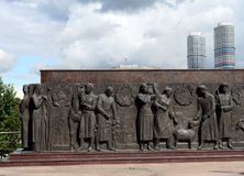 Скульптурный состав-bas-сброс на ноге ` работника ` памятника и девушки коллективного хозяйства в Москве стоковое фото rf