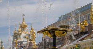 Скульптуры грандиозного фонтана каскада в Perterhof сток-видео