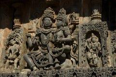 Скульптуры и фризы на наружных стенах виска Hoysaleswara на Halebidu, Karnataka, Индии Стоковые Фото