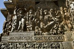 Скульптуры и фризы на наружных стенах виска Hoysaleswara на Halebidu, Karnataka, Индии Стоковая Фотография RF