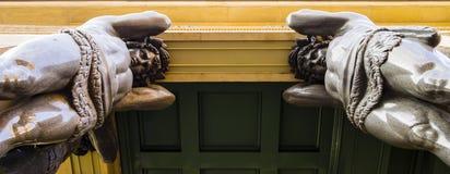 Скульптуры Atlantes в новой обители, Санкт-Петербурге, России стоковое фото