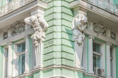 Скульптуры Atlantes на фасаде здания на улице Ilinka стоковая фотография rf