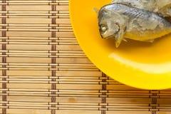Скумбрия в оранжевом блюде на циновке Стоковые Фотографии RF