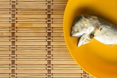 Скумбрия в оранжевом блюде на циновке Стоковое Фото