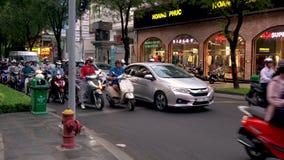Скутеры, мотоциклы, автомобили, движение и люди на улицах Хошимина, Вьетнама сток-видео