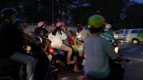 Скутеры, мотоциклы, автомобили, движение и люди на улицах nighttime Хошимина, Вьетнама видеоматериал