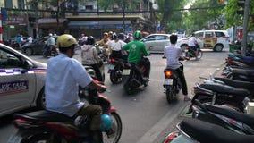 Скутеры, мотоциклы, автомобили, движение, туристы, и люди на старых квартальных улицах столицы, Ханоя, Вьетнама сток-видео
