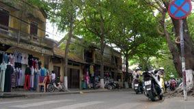 Скутеры, мотоциклы, автомобили, движение, туристы, и люди на улицах дневного времени Hoi, Вьетнам сток-видео