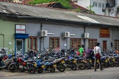 Скутеры паркуя на улице стоковое фото rf