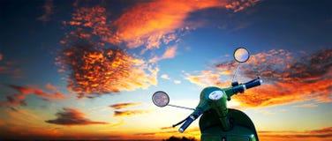 Скутер над драматическим небом стоковое фото rf