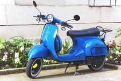 Скутер на пустой улице стоковые фото