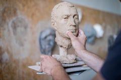 Скульптор ваяет скульптуру стороны ` s персоны Горизонтальная рамка стоковая фотография rf