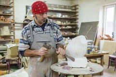 Скульптор высекает мрамор стоковые фотографии rf