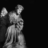 Скульптура ангела в черно-белых цветах Стоковые Изображения