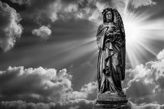 Скульптура ангела на кладбище в черно-белой предпосылке солнечного света Стоковое Изображение RF