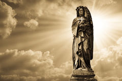 Скульптура ангела на кладбище Стоковое Фото