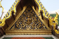 скульптура Будды Передний щипец Wat Phra Kaew, грандиозного дворца, Бангкока, Таиланда, Азии стоковая фотография rf
