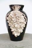 Скульптура вазы ручной работы на таблице Стоковые Изображения