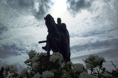 Скульптура всадника с мы бросаем Стоковое Изображение RF