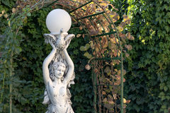 Скульптура девушки в саде лета Стоковая Фотография RF
