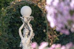Скульптура девушки в саде лета Стоковое Изображение